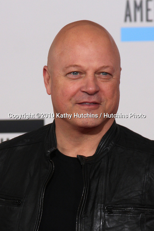 LOS ANGELES - NOV 21:  Michael Chiklis arrives at the 2010 American Music Awards at Nokia Theater on November 21, 2010 in Los Angeles, CA