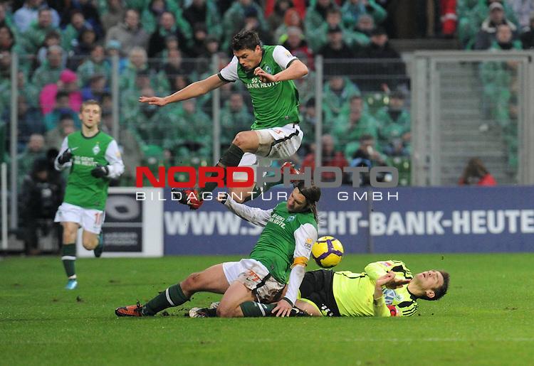 FBL 09/10  14. Spieltag Hinrunde / Weser Stadion<br /> Werder Bremen - VFL Wolfsburg<br /> <br /> Sebastian Boenisch ( Bremen GER #2 ) Marko Marin ( Bremen GER #10 ) und Torsten Frings ( Bremen GER #22 ) im Dreikampf<br /> li Marko Marin ( Bremen GER #10 )<br /> <br /> Foto &copy; nph ( nordphoto )