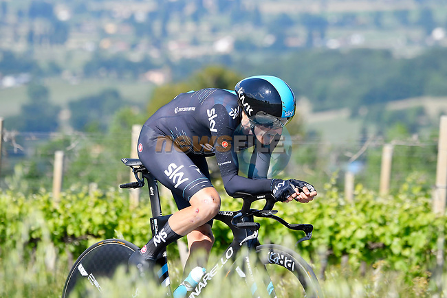 Geraint Thomas (WAL) Team Sky in action during Stage 10 the Sagrantino Stage of the 100th edition of the Giro d'Italia 2017, an individual time trial running 39.8km from Foligno to Montefalco, Italy. 16th May 2017.<br /> Picture: LaPresse/Fabio Ferrari | Cyclefile<br /> <br /> <br /> All photos usage must carry mandatory copyright credit (&copy; Cyclefile | LaPresse/Fabio Ferrari)