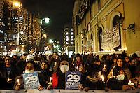 """SCH01. SANTIAGO (CHILE), 16/08/2011.- Cientos de manifestantes participan hoy, martes 16 de agosto de 2011, en una """"velatón"""" en apoyo a los estudiantes que realizan una huelga de hambre desde hace 29 días y que demandan una educación pública, gratuita y de calidad, en Santiago (Chile). EFE/Felipe Trueba.."""