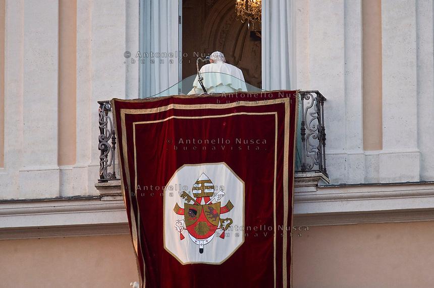 Roma, 28 Febbraio, 2013. Papa Benedetto XVI rientra dentro la residenza di Castel Gandolfo dopo il suo ultimo saluto ai fedeli da Pontefice.