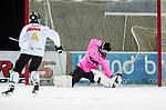 Uppsala 2015-02-28 Bandy Elitseriekval IK Sirius - Gripen Trollh&auml;ttan BK :  <br /> Sirius Mattias Hammarstr&ouml;m g&ouml;r 3-2 p&aring; straff bakom Gripen Trollh&auml;ttans David Erkenborn under matchen mellan IK Sirius och Gripen Trollh&auml;ttan BK <br /> (Foto: Kenta J&ouml;nsson) Nyckelord:  Bandy Elitserien Elitseriekval Kval Kvalserien Uppsala Studenternas IP IK Sirius IKS Gripen Trollh&auml;ttan