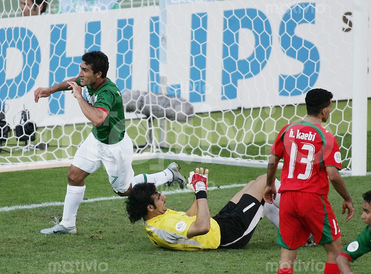 Fussball WM 2006 Vorunde Gruppe D Mexico -Iran JUBEL zum 3:1 ; Torschuetze ZINHA (MEX,li); Ebrahim MIRZAPOUR (IRN,mitte) und Hossein KAABI (IRN,re) sind geschlagen