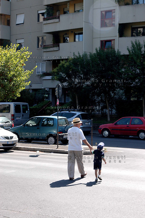 Roma, periferia.Anziano con bambino.Rome suburb.Elder with child.