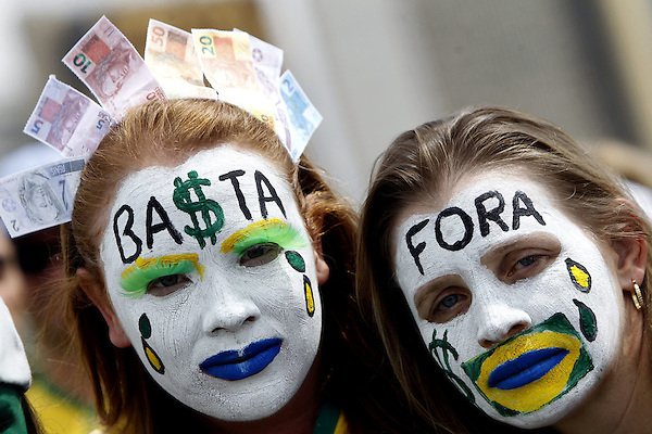 BRA508. BRASILIA (BRASIL), 15/03/2015.- Dos mujeres participan en una manifestación contra la presidenta brasileña, Dilma Rousseff, hoy, domingo 15 de marzo de 2015, en la ciudad de Brasilia (Brasil). Cientos de miles de personas protestaron contra la presidenta Dilma Rousseff, en Brasilia, en el marco de una jornada de manifestaciones convocadas en decenas de ciudades de todo el país. La protesta de Brasilia comenzó a las 9.30 hora local (12.30 GMT) en la explanada de los ministerios y llegó hasta la frente del Congreso Nacional Brasileño, con la participación de grupos de ciudadanos opositores sin vínculo declarado con partidos políticos. Los manifestantes corearon consignas contra Rousseff y el oficialista Partido de los Trabajadores (PT) y en rechazo de la corrupción. EFE/Fernando Bizerra Jr.