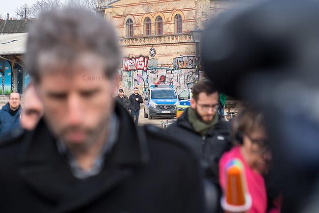 """Nach seinen herablassenden und umstrittenen Aeusserungen ueber Berlin besuchte der Tuebinger Oberbuergermeister Boris Palmer (links im Bild) am Mittwoch den 20. Februar 2019 auf Einladung des CDU-Fraktionsvorsitzenden im Abgeordnetenhaus, Burkhard Dregger, u.a. den Goerlitzer Park. Der Park wird als sog. """"Kriminalitaetsschwerpunkt"""" bezeichnet und Ort, an dem Marihuana verkauft wird. Sein Besuch im Park wurde von mehreren dutzend Journalisten begleitet.<br /> Im Bild: <br /> 20.2.2019, Berlin<br /> Copyright: Christian-Ditsch.de<br /> [Inhaltsveraendernde Manipulation des Fotos nur nach ausdruecklicher Genehmigung des Fotografen. Vereinbarungen ueber Abtretung von Persoenlichkeitsrechten/Model Release der abgebildeten Person/Personen liegen nicht vor. NO MODEL RELEASE! Nur fuer Redaktionelle Zwecke. Don't publish without copyright Christian-Ditsch.de, Veroeffentlichung nur mit Fotografennennung, sowie gegen Honorar, MwSt. und Beleg. Konto: I N G - D i B a, IBAN DE58500105175400192269, BIC INGDDEFFXXX, Kontakt: post@christian-ditsch.de<br /> Bei der Bearbeitung der Dateiinformationen darf die Urheberkennzeichnung in den EXIF- und  IPTC-Daten nicht entfernt werden, diese sind in digitalen Medien nach §95c UrhG rechtlich geschuetzt. Der Urhebervermerk wird gemaess §13 UrhG verlangt.]"""