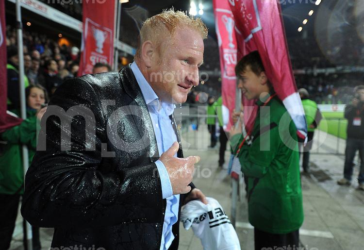 Fussball  International: Pokalfinale Schweiz 2011/2012               16.05.2012 FC Basel - FC Luzern Champagnerdusche fuer Trainer Heiko Vogel (FC Basel)