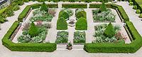 France, Indre-et-Loire, Langeais, château et jardin de langeais, massifs structuré autour d'une fontaine avec topiaire d'ifs, et valériane pourpre (rouge et blanche) et entouré d'une haie de filaires à feuille étroite (Phillyrea angustifolia )