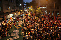 PORTO ALEGRE, RS, 31.03.2016 - PROTESTO-RS - Manifestantes participam de ato de apoio à presidente Dilma Rousseff e contra o seu impeachment, na Esquina Democrática, no centro da capital gaúcha, nesta quinta-feira. A manifestação segue para o Largo Zumbi dos Palmares. (Foto: Naian Meneghetti/Brazil Photo Press)