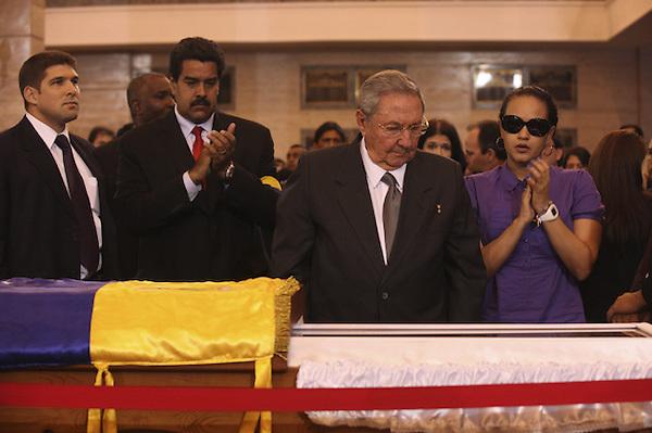 CAR4124. CARACAS (VENEZUELA), 07/03/2013.- Fotografía cedida por la presidencia de Venezuela muestra al gobernante de Cuba, Raúl Castro (2d), asistiendo hoy, jueves 7 de marzo de 2013, a las honras fúnebres del líder venezolano, Hugo Chávez, en la Academia Militar de Caracas (Venezuela). Delegaciones de más de 50 países son esperadas en Caracas para el funeral de Estado de Chávez por cuyo fallecimiento se ha declarado duelo nacional en 16 países. EFE/PRESIDENCIA DE VENEZUELA/SOLO USO EDITORIAL NO VENTAS