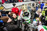 Stockholm 2015-03-14 Bandy SM-final herrar Sandvikens AIK - V&auml;ster&aring;s SK :  <br /> V&auml;ster&aring;s Jonas Nilsson med sitt barn i famnen efter matchen mellan Sandvikens AIK och V&auml;ster&aring;s SK <br /> (Foto: Kenta J&ouml;nsson) Nyckelord:  SM SM-final final Bandyfinal Bandyfinalen herr herrar VSK V&auml;ster&aring;s SAIK Sandviken jubel gl&auml;dje lycka glad happy