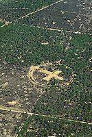 Zielkreuz: EUROPA, DEUTSCHLAND, BRANDENBURG, (EUROPE, GERMANY), 1.05.2007: Mitte des Bombodrom. Bombodrom ist der allgemein gebraeuchliche Name fuer einen der groessten Truppenuebungsplaetze in Europa. Er liegt zwischen den Staedten Wittstock, Rheinsberg und Neuruppin in der Kyritz-Ruppiner Heide im Land Brandenburg. Das Bombodrom hat eine Flaeche von 144 km2. Entstanden ist das Gelaende ab 1950 mit der schrittweisen Besetzung durch die Roten Armee, die dort einen Schiess- und Bombenabwurfplatz einrichtete. Nach dem Fall der DDR und dem Abzug der sowjetischen Truppen wurde das Gelaende stillgelegt. Es entstanden Plaene fuer eine touristische Erschliessung des Areals. 1992 kuendigte jedoch die Bundeswehr an, das Gelaende weiter nutzen zu wollen. - Europa, Deutschland, Brandenburg, Bombodrom, Zeichen, Kreuz, Luftbild, Luftansicht, Luftaufnahme, Zielkreuz, Zielpunkt, von, oben, Draufsicht, Landschaft, Landschaften, Gelaende, Uebungsplatz, schiessen, Schiessgelaende, Mitte, Mittelpunkt, Abwurfplatz, Militaer, militaerisch, militaerisches # above, aerial photo, aerial photograph, ahead, air opinion, aloft, at the head, at the top of, brandenburg, by, center, centre, char, character, characters, chars, countryside, cross, drill ground, epicenter, europe, figure, from, germany, ground, icon, landscape, landscapes, mainstream, mark, middle, midway, militarily, military, of, plan, premises, sign, signal, site, supra, symbol, territory, to bolt, to fire, to shoot, token, top, topview, training area, training ground, up, upstairs # -
