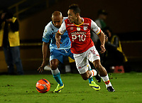 BOGOTA - COLOMBIA - 13 - 05 - 2017: Anderson Plata (Der.) jugador de Independiente Santa Fe, disputa el balón con Elvis Gonzalez (Izq.) jugador de Jaguares F. C., durante partido de la fecha 18 entre Independiente Santa Fe y Jaguares F. C., por la Liga Aguila I-2017, en el estadio Nemesio Camacho El Campin de la ciudad de Bogota. / Anderson Plata (R) player of Independiente Santa Fe struggle for the ball with Elvis Gonzalez (L) player of Jaguares F. C., during a match of the date 18th between Independiente Santa Fe and Jaguares F. C., for the Liga Aguila I -2017 at the Nemesio Camacho El Campin Stadium in Bogota city, Photo: VizzorImage / Luis Ramirez / Staff.