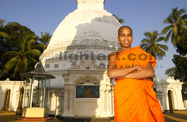 ASOKARAMA MAHA VIHARA TEMPLE, KALUTARA NORTH, WESTERN PROVINCE, SRI LANKA..RELIGION, BUDDHISM, MONK, ARCHITECTURE, DAGOBA, PALM-TREES, people, man, tempel, buddhismus, buddhist, architektur, kokospalme,.©Photo: Paul J.Trummer, Mauren / FL .www.travel-lightart.com..