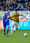 Nederland, Arnhem, 1 april 2012.Eredivisie.Seizoen 2011-2012.Vitesse-AZ.Alexander Buttner van Vitesse (r.) en Adam Maher van AZ strijden om de bal