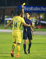 FLORIDABLANCA - COLOMBIA -14 -02-2016: Mario Herrera (Der.) arbitro, muestra tarjeta amarilla a Danny Cano (Izq.), jugador de Atletico Bucaramanga durante partido entre Atletico Bucaramanga e Independiente Santa Fe, por la fecha 3 de la Liga Aguila I 2016, jugado en el estadio Alvaro Gomez Hurtado de la ciudad de Floridablanca.  / Mario Herrera (R), referee, shows yellow card to Danny Cano (L), player of Atletico Bucaramanga, during a match between Atletico Bucaramanga and Independiente Santa Fe, for the date 3 between of the Liga Aguila I 2016 at the Alvaro Gomez Hurtado stadium in Floridablanca city. Photo: VizzorImage. / Duncan Bustamante / Cont