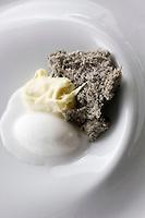 Europe/France/Provence-Alpes-Côte d'Azur/06/Alpes-Maritimes/ Menton: Eponge de sésame noire, crème curry et sorbet noix de coco, recette de Mauro Colagreco  du Restaurant: Mirazur