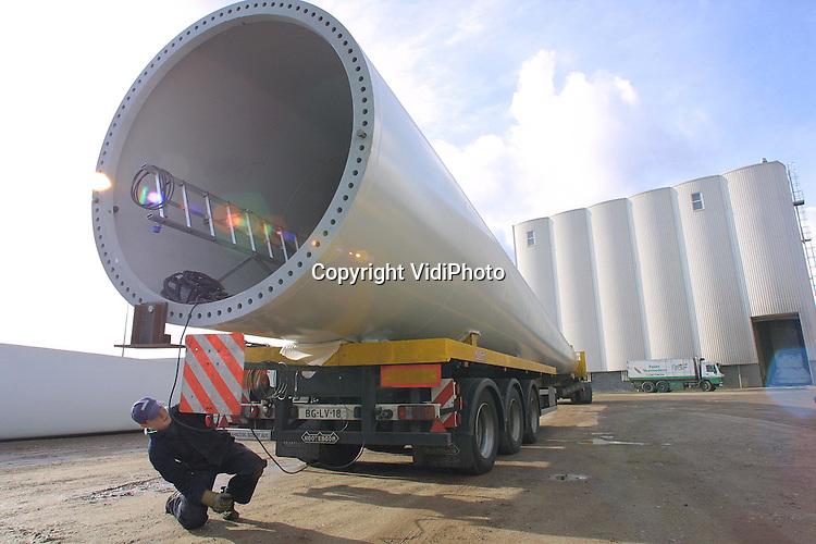 Foto: VidiPhoto..LIENDEN - Omdat de vergunningen voor een groot windmolenpark in de Flevopolder nog niet rond zijn, worden de wieken en de 28 meter lange masten van eigenaar NEG Micon uit Rhenen tijdelijk opgeslagen bij veevoederfabriek Van Cooten langs de Rijn in Lienden. De windmolens worden in Rheden bij Arnhem gemaakt en gaan met een transport van 32 meter lang, via de A12 en de Rijnbrug bij Rhenen naar Lienden in de Betuwe. Vrijdag wordt de laatste lading aangevoerd.
