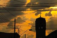 MOGI DAS CRUZES,SP,SEGUNDA-FEIRA,4 DE MARCO DE 2013 - CLIMA TEMPO MOGI DAS CRUZES - Vista do por do Sol  cidade de Mogi das Cruzes na grande Sao Paulo no fim de tarde desta segunda-feira,04. FOTO:WARLEY LEITE/BRAZIL PHOTO PRESS