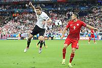 Jonas Hector (D) gegen Robert Lewandowski (POL) - EM 2016: Deutschland vs. Polen, Gruppe C, 2. Spieltag, Stade de France, Saint Denis, Paris