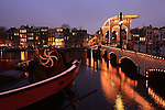 Europe; Pays Bas; Amsterdam; rivière Amstel; pont De Magere Brug; pont à double-levis en bois long de 80 m; reconstruit en 1934; un des 1281 ponts de la ville//Europe; Netherland; Amsterdam; Amstel river; De Magere Brug bridge; design wooden double-swipe bridge, 80 m long; rebuilt in 1934; one of the 1281 bridges in town