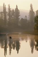 Europe/France/Aquitaine/24/Dordogne/Vallée de la Dordogne/Périgord Noir/La Roque-Gageac: Brumes sur la Dordogne et pêcheur en barque