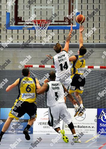2012-09-16 / basket / seizoen 2012-2013 / BBC Geel - BBC Erpe-Mere / Olivier Pauwels (r) (Geel) zweeft naar de basket. Olivier Tis (nr 14) (Erpe-Mere) probeert dit te voorkomen.