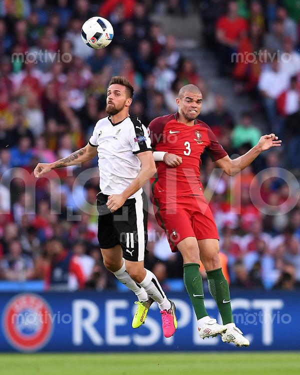 FUSSBALL EURO 2016 GRUPPE F IN PARIS Portugal - Oesterreich      18.06.2016 Martin Harnik  (li, Oesterreich) gegen Pepe (re, Portugal)