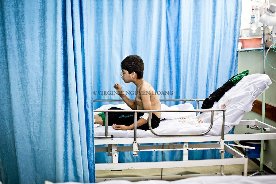 GAZA: A young boy is waiting for further treatment in the emergency room after being hit by shrapnel in the refugee camp of Jabalia.<br /> <br /> GAZA: Un jeune gar&ccedil;on attend pour la suite de ses traitements dans la salle d'urgences apr&egrave;s avoir &eacute;t&eacute; frapp&eacute; par shrapnel dans le camp de r&eacute;fugi&eacute;s de Jabalia.