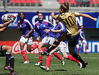 Chile, Chillan: Usa forwrad Michelle Enyeart shoot the ball  during the football match of the Fifa U-20 Women¥s World Cup the at Nelson Oyarz˙n stadium in Chill·n , on November the ninth 2008 2008. GROSNIA / sergio Araneda
