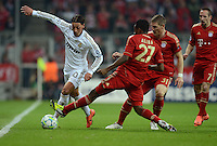 FUSSBALL   CHAMPIONS LEAGUE  HALBFFINAL HINSPIEL   2011/2012      FC Bayern Muenchen - Real Madrid          17.04.2012 Mesut Oezil (li, Real Madrid) gegen David Alaba, Bastian Schweinsteiger und Franck Ribery (v.l., alle FC Bayern Muenchen)