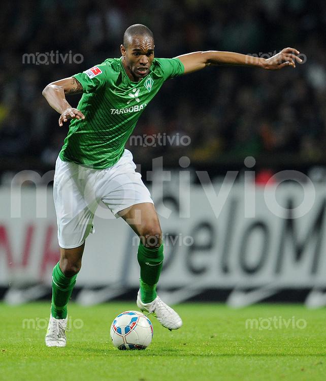 FUSSBALL   1. BUNDESLIGA   SAISON 2011/2012    9. SPIELTAG SV Werder Bremen - Borussia Dortmund                 14.10.2011 NALDO (SV Werder Bremen) Einzelaktion am Ball