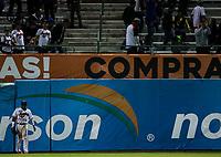 Cedric Hunter jardinero de los naranjeros observa como los aficionados intentan atrapar la pelota durante segundo Homerun, durante el juego de beisbol de la Liga Mexicana del Pacifico temporada 2017 2018. Cuarto juego de la serie de playoffs entre Mayos de Navojoa vs Naranjeros. 05Enero2018. (Foto: Luis Gutierrez /NortePhoto.com)