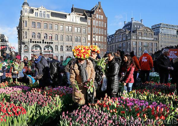 Amsterdam- De opening van het tulpenseizoen. Op de Dam in Amsterdam wordt de officiële aftrap van het tulpenseizoen gegeven. De opening van het tulpenseizoen wordt georganiseerd door Nederlandse tulpenkwekers. In een speciaal aangelegde pluktuin op de Dam kan iedereen gratis tulpen plukken.