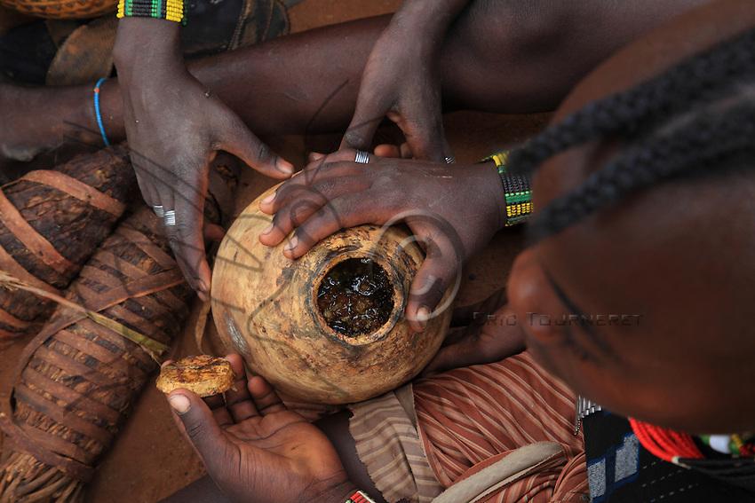In the land of the Bana tribe, honey is harvested twice a year, at the end of the rain seasons. They sell their mix of honey and wax at the market. Often, the Banas only harvest one or two calabashes worth to earn a bit of money.///Dans le pays de la tribu Bana, le miel est  récolté deux fois dans l'année, à la fin des saisons des pluies. L'on vend leur mélange de miel et de cire au marché. Souvent, les Banas ne récoltent qu'une ou deux calebasses pour se faire un peu d'argent.
