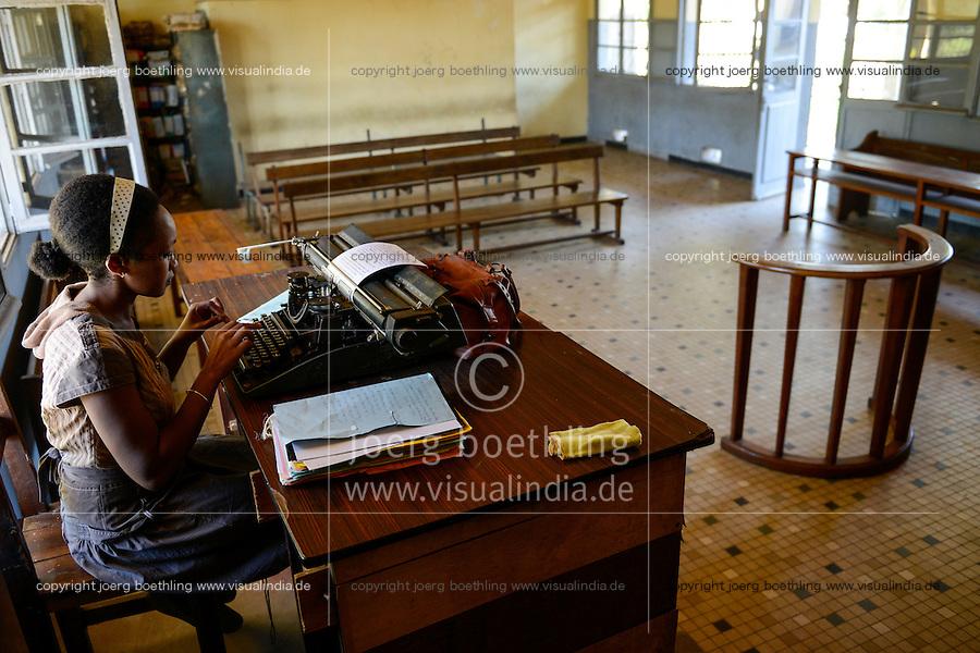 MADAGASCAR, Mananjary, court, clerk typing on typewriter / MADAGASKAR, Mananjary, Amtsgericht, Angestellte schreibt auf einer Schreibmaschine im Gerichtssaal