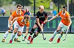 BLOEMENDAAL   - Hockey - Billy Bakker (A'dam) met Manu Stockbroekx (Bldaal)  en Xavi Lleonart Blanco (Bldaal) . 3e en beslissende  wedstrijd halve finale Play Offs heren. Bloemendaal-Amsterdam (0-3).     Amsterdam plaats zich voor de finale.  COPYRIGHT KOEN SUYK