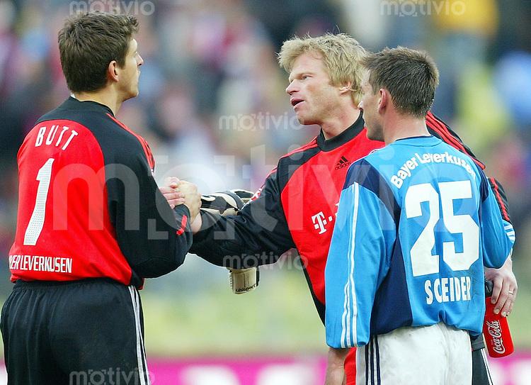 Fussball / 1. Bundesliga Saison 2002/2003   24. Spieltag FC Bayern-Bayer Leverkusen 3:0             Trost vom Gegner: Oliver KAHN (Bayern, mitte) spenden den Leverkusenern Joerg BUTT (li) und Bernd SCHNEIDER (re) trost