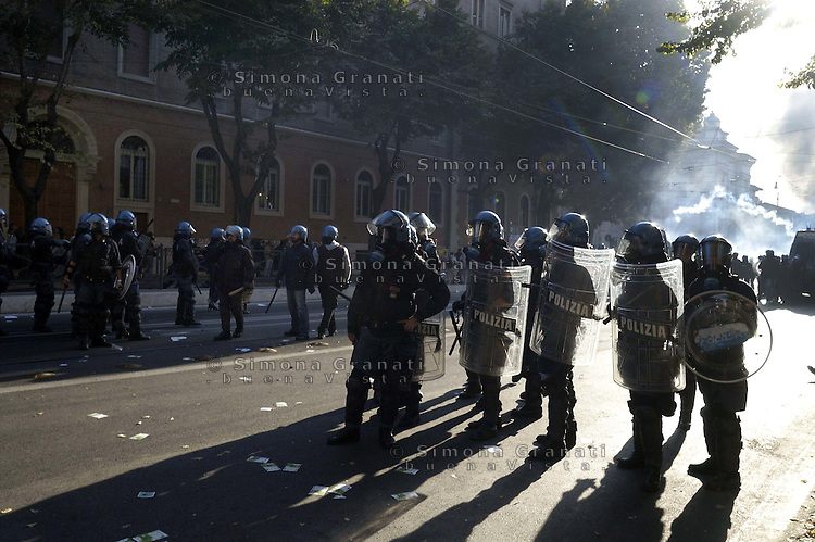 Roma,15 Ottobre 2011.Manifestazione contro la crisi e l'austerità..Corteo e scontri con le forze dell'ordine.Al centro un agente di polizia con una mazza di legno