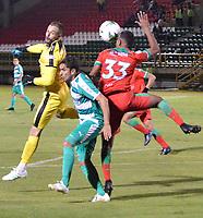 TUNJA-COLOMBIA, 09-09-2019: Álvaro Villete, Martín Payares de Patriotas Boyacá y Juan Mahecha de Envigado F.C. disputan el balón, durante partido de la fecha 10 entre Patriotas Boyacá y La Equidad, por la Liga Águila II 2019, jugado en el estadio La Independencia de la ciudad de Tunja. / Alvaro Villete, Martin Payares of Patriotas Boyaca and Juan Mahecha of Envigado F.C. figh for the ball, during a match of the 10th date between Patriotas Boyaca and La Equidad, for the Aguila Leguaje II 2019 played at the La Independencia stadium in Tunja city. / Photo: VizzorImage / José Miguel Palencia / Cont.