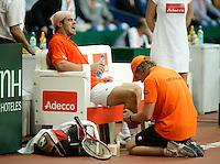 22-9-06,Leiden, Daviscup Netherlands-Tsjech Republic, Raemon Sluiter  receives treatment