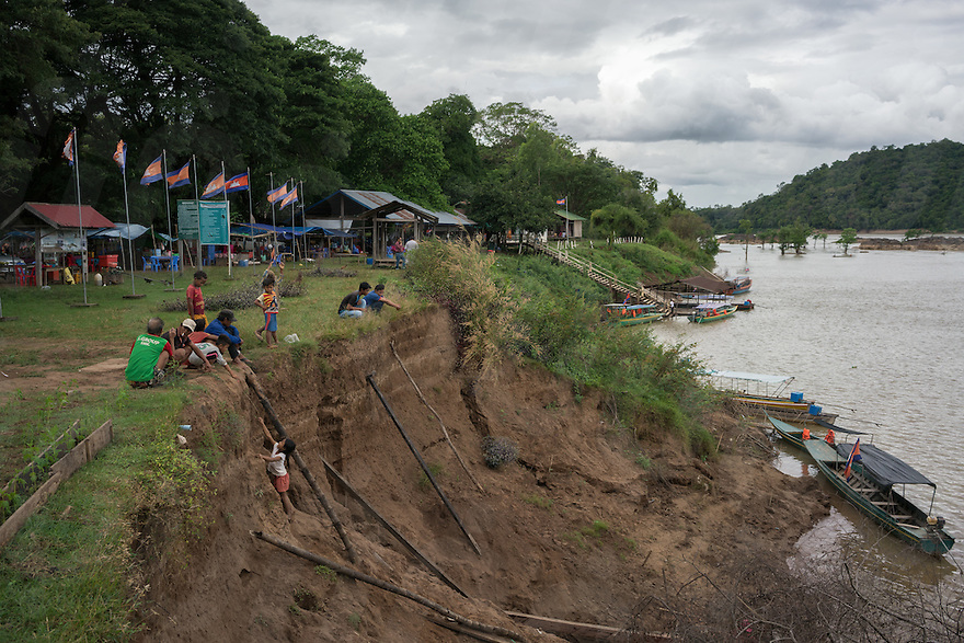 Dec 15, 2016 - Preah Rumkel, Cambodia. Locals examine a part of the river bank that recently collapsed. It's not clear if the event is somehow related to the construction of the Don Sahong's dam just a few hundreds meters away. © Thomas Cristofoletti / Ruom