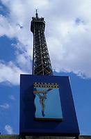 Europe/France/Ile-de-France/75007/Paris: La Tour Eiffel et enseigne des bateaux parisiens du port de la Bourdonnais
