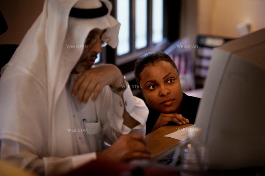 2003. Saudi Arabia. People starring at a computer screen. Arabie Saoudite. Deux personnes regardent un écran d'ordinateur.