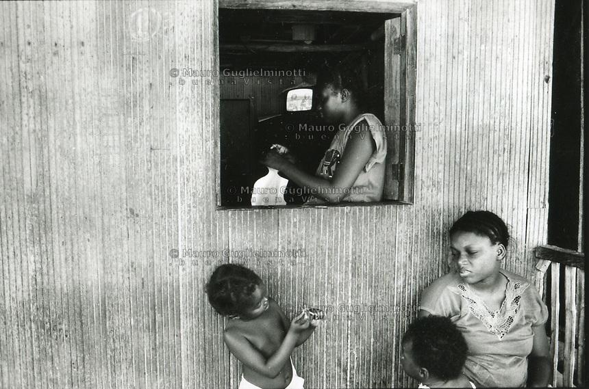studi sulla malaria - Università di Cali e il villaggio di Buenaventura Vita nel villaggio, donna alla finestra e bambini