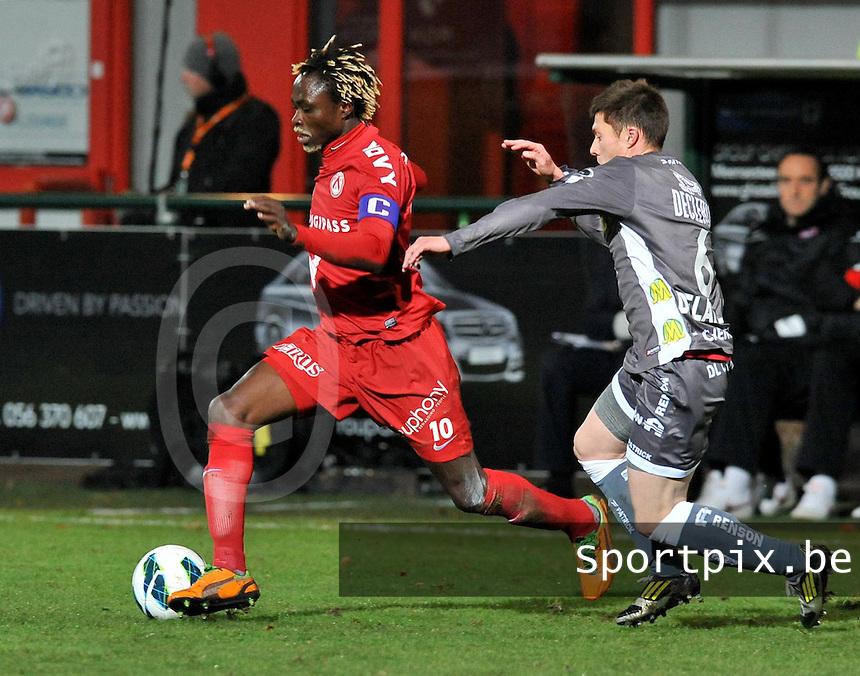 KV Kortrijk - SV Zulte Waregem : Ernest Nfor aan de bal voor Jonathan Delaplace.foto VDB / BART VANDENBROUCKE