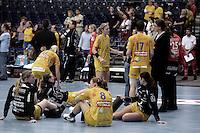 Handball 1. Bundesliga Frauen / Damen - DHB - Punktspiel - HC Leipzig (HCL) : Thüringer HC (THC) - Arena Leipzig - im Bild:   die HCL Damen verarbeiten die Niederlage.   Foto: Norman Rembarz..Norman Rembarz , Autorennummer 41043728 , Augustenstr. 2, 04317 Leipzig, Tel.: 01794887569, Hypovereinsbank: BLZ: 86020086, KN: 357889472, St.Nr.: 231/261/06432 - Jegliche kommerzielle Nutzung ist honorar- und mehrwertsteuerpflichtig! Persönlichkeitsrechte sind zu wahren. Es wird keine Haftung übernommen bei Verletzung von Rechten Dritter. Autoren-Nennung gem. §13 UrhGes. wird verlangt. Weitergabe an Dritte nur nach  vorheriger Absprache. Online Nutzung ist separat kostenpflichtig !.