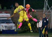 FLORIDABLANCA - COLOMBIA -04-03-2017: Jhon F. Pajoy (Izq) jugador del Atlético Bucaramanga disputa el balón con Nicolas Roa (Der) jugador de Tigres Fc durante partido por la fecha 8 de la Liga Águila I 2017 jugado en el estadio Álvaro Gómez Hurtado de la ciudad de Floridablanca. / Jhon F. Pajoy (L) player of Atletico Bucaramanga struggles the ball with Nicolas Roa (R) player of Tigres Fc during match for the date 8 of the Aguila League I 2017 played at Alvaro Gomez Hurtado stadium in Floridablanca city. Photo: VizzorImage / Duncan Bustamante / Cont