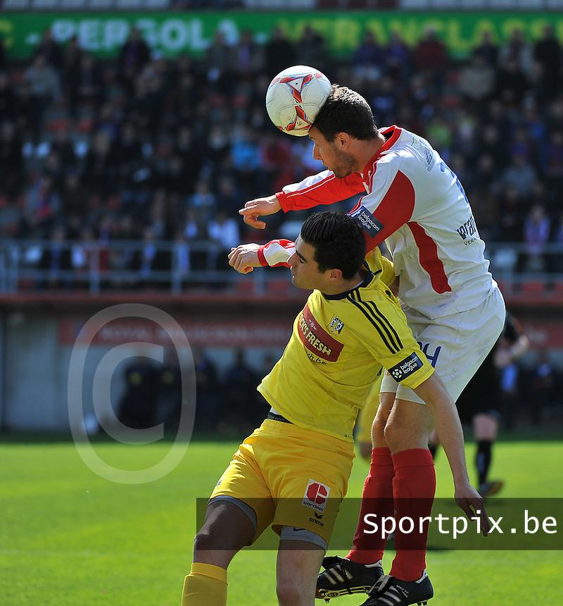 Moeskroen Peruwelz - SK Sint-Niklaas  : kopduel tussen Roy Mauro (onder) en de koppende Anthony Fori (r).foto VDB / BART VANDENBROUCKE