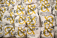 Europe/France/Rhône-Alpes/69/Rhône/Lyon: Les Saint-Marcellins de Renée Richard fromagère aux Halles de Lyon,